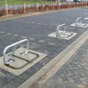 Parkeerbeugel met betonplaat waarin de parkeerbeugels in neergeklapte toestand verzinken