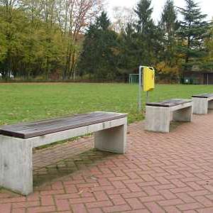 Betonnen bank met houten zittingdelen