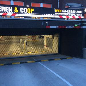 Verkeersdrempels bij de ingang van parkeergarage